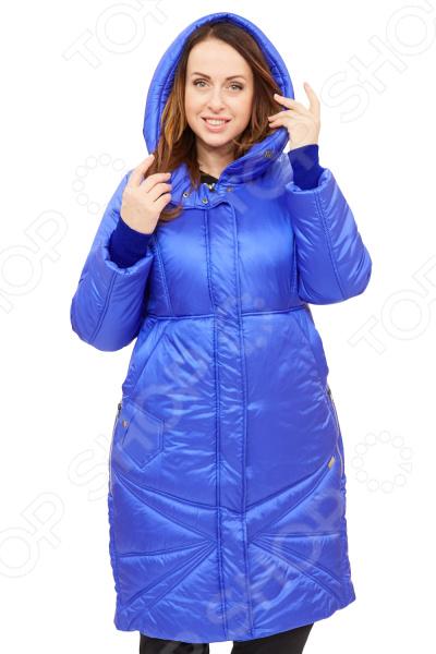 Пальто D`imma «Адела». Цвет: васильковыйВерхняя одежда<br>Пальто D imma Адела сшито с учетом всех особенностей женской фигуры. Оно идеально подойдет для женщин любого возраста и комплекции. Продуманный дизайн изделия позволяет скрыть недостатки и подчеркнуть достоинства фигуры.  Универсальная длина до середины колена.  Центральная застежка молния. Капюшон не отстегивается.  Вшивной рукав.  Ветрозащитный клапан.  Интересным украшением модели являются декоративные строчки расходящиеся лучами по низу изделия симметрично застежки и центральной рельефной строчки на спинке.  Полочка отрезная, с завышенной талией, от которой отходят боковые карманы.  Ниже расположен оригинальный карманчик, застегивающийся на кнопку, боковые карманы на кнопках.  На фото с брюками Уран. Пальто изготовлено из приятной вязанной ткани, состоящей на 72 нейлон, 28 полиэстер.Утеплитель:Файбертек 250 гр м , до -30 C. Материал не линяет, не скатывается, формы от стирки не теряет. Уникальная модель, которую можно приобрести только на нашем телеканале!<br>
