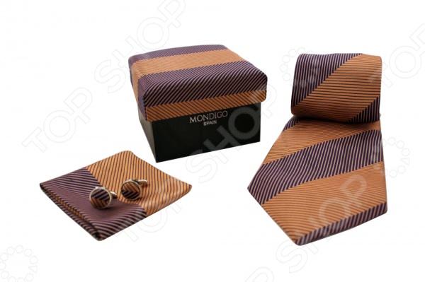Набор подарочный: галстук, запонки, нагрудный платок Mondigo 43117Галстуки. Бабочки. Воротнички<br>Набор подарочный: галстук, запонки, нагрудный платок Mondigo 43117 - стильный подарочный набор выполненный в коричневом цвете и украшенный диагональными полосами. В комплект входит галстук, запонки и нагрудный платок. Галстук выполнен из шелка и обладает хорошими гигиеническими свойствами и особым блеском. Запонки из металла высокой пробы будут стильно выглядывать из под пиджака. Верхняя часть запонок выполнена из шелка. Комплект упакован в подарочную упаковку из ткани аналогичной расцветки. Такой элегантный и стильный набор непременно понравится каждому мужчине.<br>