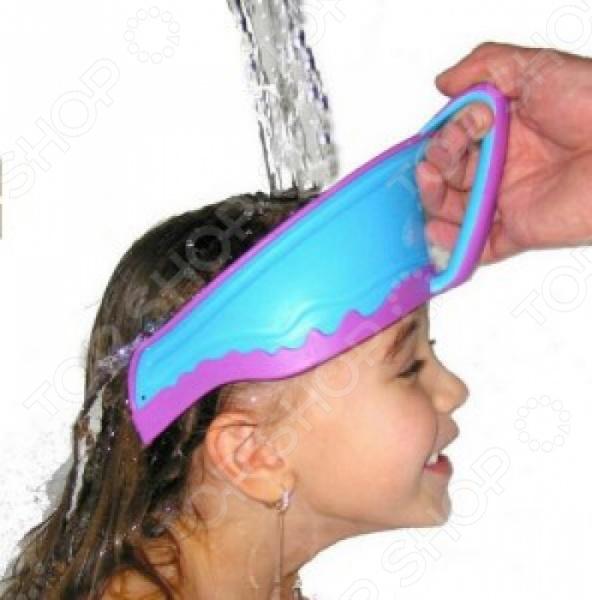 Приспособление для мойки головы Ruges «Ручеек»Товары для ванной комнаты<br>Приспособление для мойки головы Ruges Ручеек защищает лицо и глаза ребенка от попадания воды и мыла. Не требует одевания и фиксации. Позволяет ребенку самому удерживать козырек. Превращает защиту глаз от мыла в игру. Козырек для мытья головы детям Ручеек . Козырек для мытья головы детям Ручеек позволяет быстро защитить глаза и лицо ребенка от попадания воды и мыла при мытье головы. Для использования удобно возьмите козырек за ручку и аккуратно разместите на голове у ребенка со стороны лба. Промойте волосы водой, смойте шампунь козырек защитит лицо и глаза ребенка. Козырек Ручеек подходит детям, начиная с 1 года.<br>