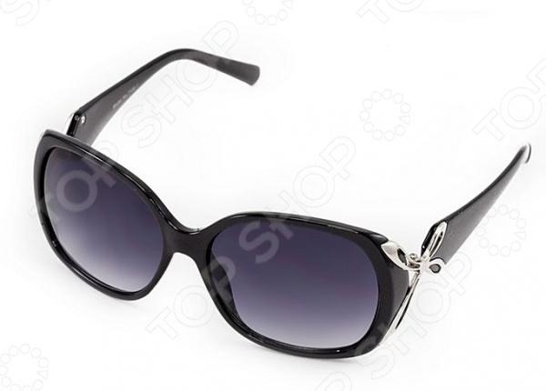 Очки солнцезащитные Mitya Veselkov MSK-7108-1Солнцезащитные очки<br>Очки солнцезащитные Mitya Veselkov MSK-7108-1 станут чудесным дополнением к набору ваших аксессуаров. Они не только уберегут глаза от вредного воздействия солнечного света, но и подчеркнут вашу индивидуальность, взыскательность и неповторимый вкус. Очки имеют скругленную форму, снабжены стильной роговой оправой и градиентными линзами. Последние, в свою очередь, выполнены из высококачественных, устойчивых к появлению царапин, материалов. Торговая марка Mitya Veselkov это синоним первоклассного качества и стильного современного дизайна. Компания занимается производством и продажей часов, запонок, кошельков, очков и т.д. Креативность, оригинальность и творческий подход вот основные принципы торгового бренда Mitya Veselkov.<br>