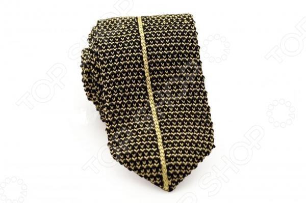 Галстук Mondigo 32039 - оригинальная модель, станет важной и незаменимой деталью в гардеробе каждого мужчины. Правильно подобранный галстук позволяет эффектно выделить выбранный вами стиль, подчеркнуть изысканность и уникальность его владельца. Галстук создан в контрастной, черно-желтой гамме и декорирован пестрой вязкой с вертикальной, центральной полосой желтого цвета, хорошо оттеняющей основной фон. Такая модель будет прекрасно смотреться с вязанными пуловерами и желетами. Ширина галстука у основания - 6 см.