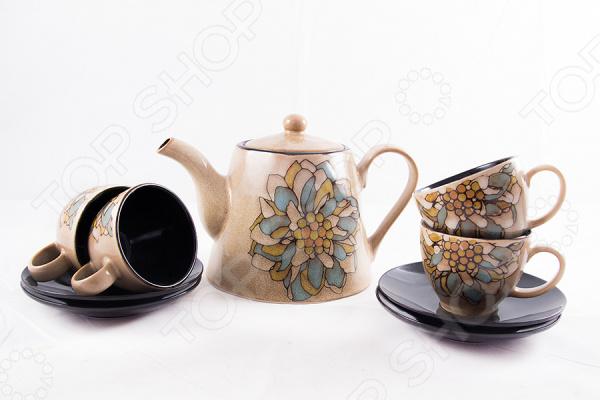 Чайный набор на 4 персоны 113610Чайные и кофейные наборы<br>Чайный набор на 4 персоны 113610 отличается своим изысканным дизайном и функциональностью. Несмотря на свою внешнюю хрупкость, каждый из предметов набора обладает высокой прочностью и надежностью. Аккуратные чашечки и одноцветные блюдца выполнены из высококачественной керамики материала безопасного для здоровья и надолго сохраняющего тепло напитка. Элегантный дизайн с оригинальным цветочным рисунком делают это чайный набор прекрасным украшением любого стола. Главным достоинством этого набора является то, что в комплект также входит аккуратный заварочный чайник, дизайн которого выполнен в антологичном стиле что и чашечки. Он делает набор более полным, а сервировку более изысканной. Чайный набор на 4 персоны 113610 также можно преподнести в качестве оригинального и практичного подарка для своих родных и самых близких!<br>