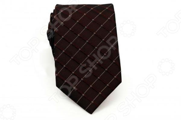 Галстук Mondigo 44770Галстуки. Бабочки. Воротнички<br>Галстук - важный элемент гардероба в жизни каждого мужчины. Сегодня сложно себе представить современного делового мужчину без галстука и это не удивительно, ведь именно галстук является главным атрибутом делового стиля. Не редко, для делового мужчины галстук - одна из немногих деталей, которая позволяет выразить свою индивидуальность, особенно в случаях, когда необходимо соблюдать строгий дресс-код. Однако, галстук уже давно вышел за пределы деловой сферы. Сегодня многие мужчины предпочитающие стиль кэжуал, так же активно прибегают к помощи различных галстуков для создания своего уникального образа. Галстуки стали очень разнообразными как по виду и цвету, так и по форме и материалу изготовления, благодаря этому их можно активно носить не только в офис и на деловых встречах, но даже на отдыхе и в повседневной жизни. Галстук Mondigo 44770 - оригинальная модель, которая станет завершающим штрихом в образе солидного мужчины. Правильно подобранный галстук позволяет эффектно выделить выбранный вами стиль, подчеркнуть изысканность и уникальность его владельца. Галстук ручной работы из шелка высокого качества бордового цвета, украшен фактурными полосами и пунктирной линией. Края обработаны лазерным методом. Ширина у основания 8,5 см.<br>