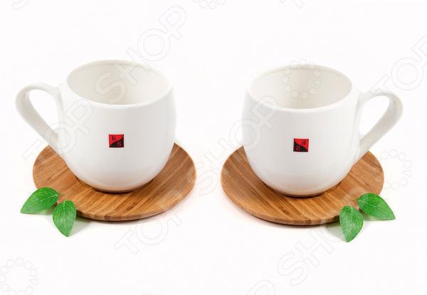 Чайный набор подарочный 111052Чайные сервизы<br>Сервировка чайного столика не менее важна, чем сервировка основного праздничного стола, ведь качественная и красивая посуда позволит не только в полной мере насладиться напитком, но и получить эстетическое удовольствие от самого чаепития. Элегантный и красивый чайный набор подарочный 111052 рассчитан на 2 персоны, поэтому он будет уместно смотреться, как на романтических встречах за чашечкой чая или кофе, так и на дружеских посиделках. Аккуратные чашечки выполнены из высококачественного фарфора, а оригинальные блюдца-подставки из бамбука. Чашки несмотря на свою внешнюю хрупкость, они отличаются прочностью, легкостью, практичностью и эстетичностью. Они легко справляются с высокими температурами, а качественное покрытие не позволит внутренней стороне потемнеть, даже если вы предпочитаете очень крепкий чай или кофе. Простой и лаконичный дизайн является дополнительным преимуществом этой чайной пары, которое оценят даже самые взыскательные ценители стиля и красоты. Чайный набор подарочный 111052 станет идеальным и незаменимым подарком, который по достоинству оценят ваши друзья и близкие! Изделия рекомендуется мыть в теплой воде с использованием нейтральных моющих средств.<br>