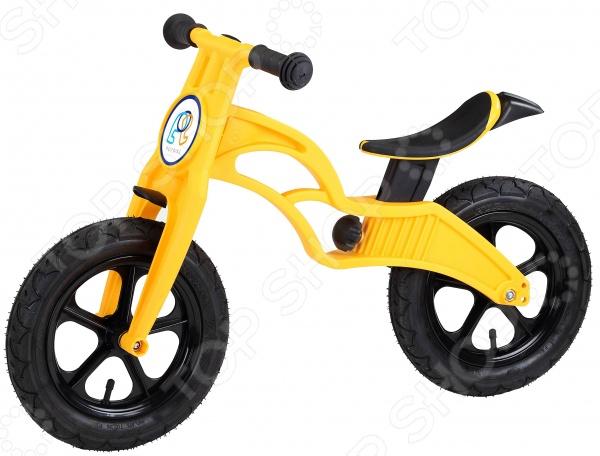 Беговел с надувными колесами Pop Bike FlashВелосипеды для малышей<br>Беговел Pop Bike Flash предназначен специально для таких маленьких, но уже таких активных малышей. Представленная модель позволит ребенку самостоятельно кататься на своем первом железном коне . Беговел похож на велосипед, однако у него нет педалей и цепи, а в движение он приводится путем многократного отталкивания ногами от земли. Данный вид транспорта может стать прекрасной альтернативой толокара, самоката или трехколесного велосипеда. К тому же, беговел поможет подготовить ребенка к езде на настоящем велосипеде, т.к. он уже сам сможет держать равновесие. Беговел Pop Bike Flash оснащен надувными 12 колесами, которые обеспечивают комфортное передвижение по любой поверхности. Рама и вилка выполнены из сверхлегкого композитного пластика, что позволит малышу самостоятельно переносить беговел с места на место, спускать и поднимать по лестнице. На руле имеются специальные накладки, препятствующие соскальзыванию рук и возможной потере управления. Удобное сиденье с легкостью регулируется по высоте. Беговел эффективно развивает координацию движений, укрепляет мышцы ног, учит самостоятельно определять лучшую дорогу.<br>