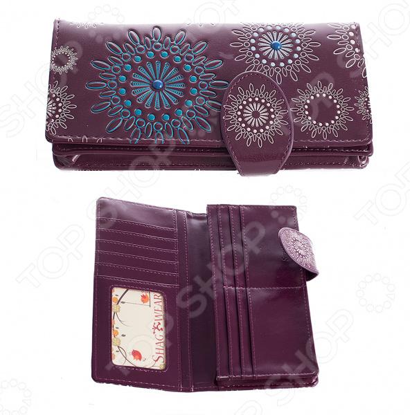 Кошелек 240178Кошельки. Портмоне<br>Кошелек 240178 это стильный бумажник, который выполнен из практичной искусственной кожи. Вы можете закинуть бумажник в карман с ключами или в сумку, а когда в следующий раз достанете, то не заметите на поверхности никаких следов! Естественно не следует ронять портмоне в воду, но если это произойдёт, то после просушки материал вернёт свой первозданный вид. Если вы часто сталкиваетесь с тем, что вам некуда положить очередную скидочную карту, то этот бумажник решит эту проблему, ведь у него предусмотрены специальные кармашки для карт и визиток. Приобретите этот аксессуар и вы забудете о переживаниях из-за броского материала или нехватки места в портмоне. Представленный аксессуар может стать удачным подарком для любого человека, даже если вы собираетесь на праздник к малознакомому человеку, то он точно порадуется этому оригинальному портмоне!<br>