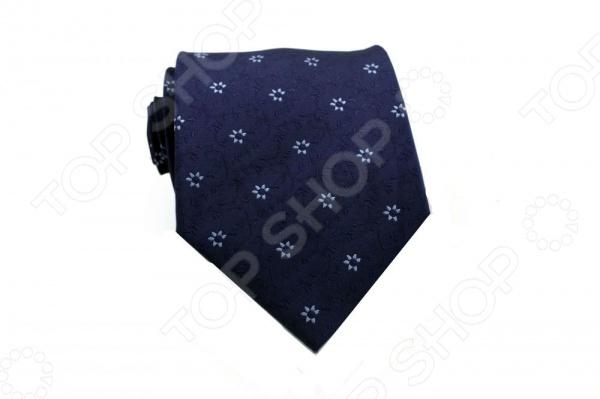 Галстук Mondigo 44333Галстуки. Бабочки. Воротнички<br>Галстук Mondigo 44333 это вязаный галстук из 100 шелка, украшен фактурным цветочным принтом, а края обработаны лазерным методом. Он подходит как для повседневной одежды, так и для эксклюзивных костюмов. Подберите галстук в соответствии с остальными деталями одежды и вы будете выглядеть идеально! В современном мире все большее распространение находит классический стиль одежды вне зависимости от типа вашей работы. Даже во время отдыха многие мужчины предпочитают костюм и галстук, нежели джинсы и футболку. Если вы хотите понравится девушке, то удивить ее своим стилем это проверенный метод от голливудских знаменитостей. Для того, чтобы каждый день выглядеть по-новому нет необходимости менять галстуки, можно сменить вариант узла, к примеру завязать:  узким восточным узлом, который подойдет для деловых встреч;  широким узлом Пратт , который прекрасно смотрится как на работе, так и во время отдыха;  оригинальным узлом Онассис , который удивит всех ваших знакомых своей неповторимый формой.<br>