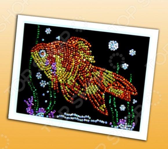 Мозаика из пайеток Волшебная мастерская «Золотая рыбка»Мозаика<br>Мозаика из пайеток Волшебная мастерская Золотая рыбка станет прекрасным подарком для вашего малыша. С помощью данного набора ребёнок сможет самостоятельно собирать различные картинки и изображения. Подобные занятия развивают моторику рук, а так же образное мышление и воображение. Мозаика создана из высококачественных, экологически чистых материалов. Инструкция по сборке: Для начала сборки надо разместить перед собой подставку из пенопласта. Наложите на неё цветной фон точечным рисунком вверх. Для удобной разметки надо проколоть гвоздиками лист бумаги к подставке из пенопласта по углам. На цветном фоне нанесены точки указывающие место, куда прикалывается цветная пайетка. Каждый цвет обозначен определенным номером на схеме картины. Выберете пайетки в соответствии с цветовой схемой картины. Аккуратно приколите пайетку на указанное место. Начинайте прикалывать пайетки с края картины и постепенно продвигайтесь к центру. Если вы вдруг ошиблись, не паникуйте, дышите глубже, все поправимо, просто вытащите гвоздик, замените цвет пайетки и приколите как надо. Пайетки надо прикалывать выпуклой поверхностью вверх. Также очень важно не выкидывать изначально коробку, так как это и есть инструкция по сборке мозаики.<br>