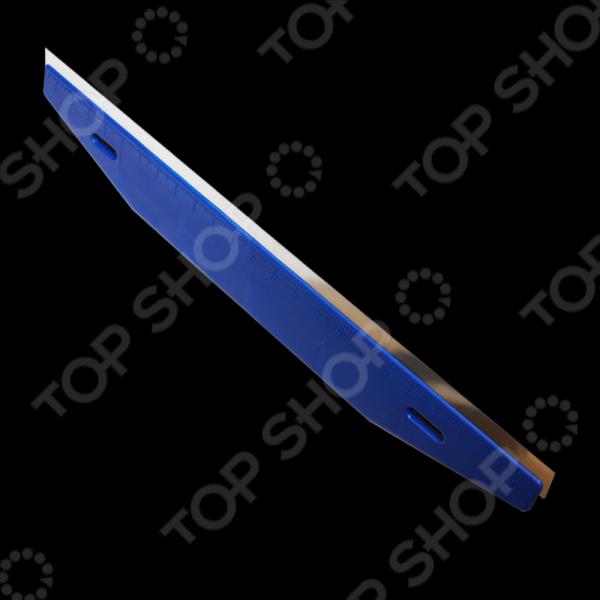 Триммер для работы с обоями и напольным покрытием SANTOOL 020610-002Шпатели<br>Триммер для работы с обоями и напольным покрытием SANTOOL 020610-002 предназначен как для бытовых, так и для профессиональных ремонтных работ. С помощью этого приспособления вы без труда сможете грамотно поклеить обои или качественно постелить напольное покрытие. Триммер обеспечивает плотное соприкосновение материала с поверхностью путем равномерного нажима на основание инструмента. Таким образом, обои и напольные покрытия, уложенные с помощью данного изделия прослужат вам значительно дольше. Инструмент изготовлен из высокопрочного пластика с вмонтированным рабочим стальным полотном длинной 600 мм. Для большего удобства на ручке изделия находится измерительная система в сантиметрах. Размер триммера превосходно подходит для разглаживания обоев в процессе их наклейки и предотвращения заломов или складок. Также, с его помощью вы сможете ровно постелить линолеум, поливинилхлоридное покрытие и многие другие.<br>