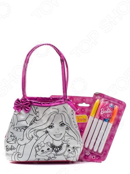 Набор для росписи сумочки Росмэн Барби оригинальный и полезный подарок для юной модницы и рукодельницы. Набор представляет собой сумку с нанесенным контуром, а так же 5 перманентных маркера. Девочка самостоятельно сможет разукрасить сумочку по своему желанию и вкусу. В дальнейшем сумка станет красивым и удобным аксессуаром для девочки, в которую она сможет складывать все необходимые и важные вещи и брать сумку с собой куда угодно.