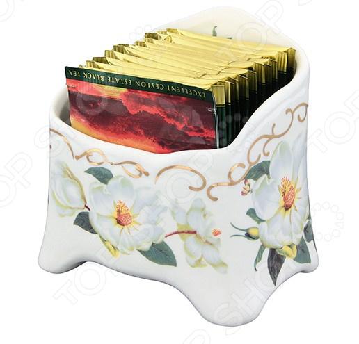 Подставка сервировочная под чайные пакетики Elan Gallery «Белый шиповник» 503965Чайные аксессуары<br>Подставка сервировочная под чайные пакетики Elan Gallery Белый шиповник 503965 это оригинальный вариант для хранения ваших пакетиков с чаем. Если вы любите разнообразный чай, но у вас нет времени заваривать его в заварочном чайнике, то используйте чайные пакетики! Вкус получается такой же насыщенный, а кроме того, вы сможете за вечер попробовать целую гамму разнообразного чая. Пакетики будут находится в своей подставке достаточно надежно, они точно не упадут за счёт высоких бортиков. В любой момент, когда к вам неожиданно зайдут гости, вы сможете удивить их, сервировав чайный столик этой милой подставкой. Такая вещица позволит украсить любое чаепитие, ведь сочетание качественной керамики и интересного рисунка это универсальный способ разнообразить оформление стола. Нежный цветочный дизайн может стать главным украшением чаепития. Подставка сделана из керамики, поэтому она хорошо впишется в общий интерьер кухни. Уход за керамикой очень прост - вы можете промыть подставку под водой, главное не используйте абразивные моющие вещества, ведь они могут повредить рисунок. Помните, что именно такие мелочи и создают дома настоящий уют и радуют глаз. Эта подставка может стать удачным подарком вашим друзьям и родственникам!<br>