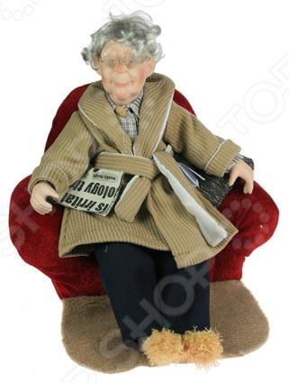 Кукла коллекционная «Дедушка» 15813Статуэтки и фигурки<br>Фарфоровые куклы всегда были воплощением красоты, утонченности и изящества. Их история и массовая популяризация началась со стремления Франции окончательно закрепить за собой статус страны-законодательницы мод. В то время куклы использовались в роли уменьшенных манекенов для демонстрации различных нарядов, аксессуаров и косметики. Сегодня же они являют собой настоящие произведения искусства, которые становятся центром музейных экспозиций и знаменитых кукольных коллекций. Кукла коллекционная Дедушка 15813 займет почетное место в вашей домашней коллекции. Ее образ продуман до мелочей и неповторим, отличается великолепной проработкой и особым вниманием к деталям. Фарфоровые куклы широко используются в оформлении интерьера и позволяют придать ему еще больше оригинальности и нетривиальности.<br>
