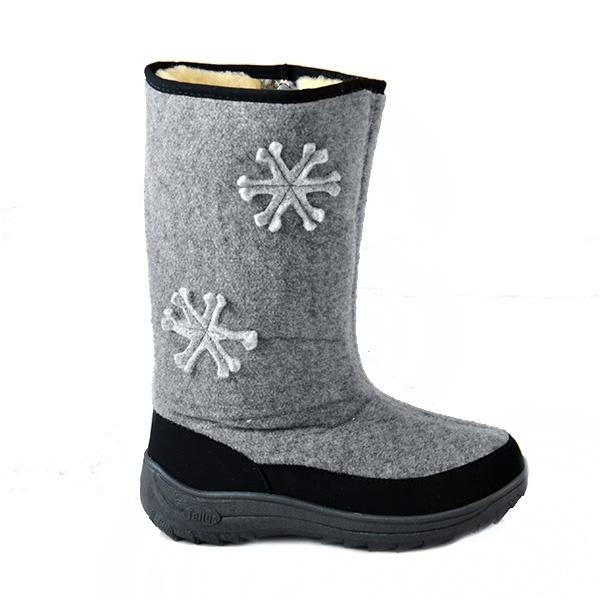 Валенки Снежинка это стильные валенки, которые сделают ваш зимний сезон ярким и веселым. В этих валенках вы будете чувствовать себя отлично даже в самый заснеженный день. Детали декора в виде снежинок превращают обычные валенки в модную обувь для зимы, они подойдут как для работы, так и для вечерней прогулки по городу. Голенище оформлено при помощи валяной аппликации, а вдоль подошвы вшит кант, который так же обрамляет молнию. Эти элементы декора придают валенкам дополнительное изящество, а благодаря молнии обуть валенки будет делом считанных секунд. Внутри есть подкладка из густого и плотного меха, который не позволит замерзнуть вашим ножкам. Прочная подошва оснащена протектором, что бы было проще сохранять равновесие в гололед. Эти удивительно теплые и комфортные валенки прекрасно подойдут для любой зимней погоды!