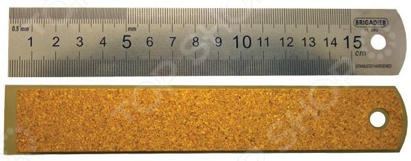Линейка Brigadier 11080Линейки, угольники, транспортиры<br>Линейка Brigadier 11080 выполнена из высококачественной нержавеющей стали, метрическая шкала выполнена специальным методом тиснения. Обратная сторона линейки представлена пробковым материалом, обеспечивающим надежность и прочность конструкции, а также предотвращающим скольжение линейки по измеряемой поверхности. Цена деления 1 мм.<br>