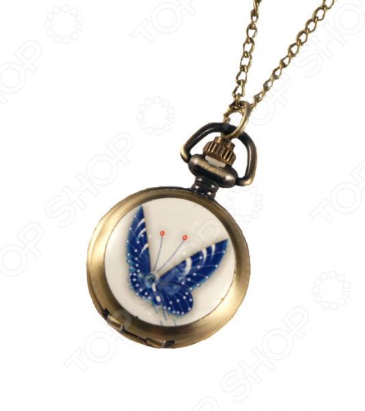 Кулон-часы Mitya Veselkov «Синяя бабочка»Кулоны<br>Кулон-часы Mitya Veselkov Синяя бабочка это стильный аксессуар, который выполняет не только функцию украшения, но и классических часов. Корпус изделия выполнен из прочного, но изящного сплава тонкой работы. Внутри корпуса вы увидите кварцевые часы с тремя стрелками, которые прослужат вам долгие годы. Кулон крепится на изящную цепочку панцирного плетения, с карабином, при необходимости вы можете заменить её и использовать кожаный шнурок. В такой вариации вы идеально дополните образ стим-панк, который снова становится популярен. Любая современная девушка будет в восторге от такого украшения, ведь эти часы сочетаются с любыми аксессуарами и хорошо смотрятся как с свитерами крупной вязки, так и с воздушными блузами. Этот кулон может стать идеальным подарком на праздник.<br>