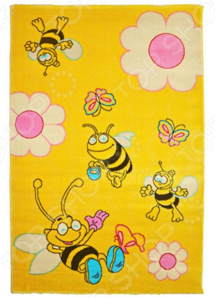 Ковер для детской комнаты URGAZ «Три счастливых пчелки»Коврики для детской комнаты<br>Не секрет что, оформление детской комнаты значительно отличается от оформления всех остальных комнат вашего дома. Очень важно, чтобы оно полностью соответствовало возрасту, характеру и предпочтениям малыша, было ярким и красочным. Тут важна каждая мелочь и каждая деталь! Мебель, обои, текстиль все должно сочетаться и гармонировать между собой. Немаловажную роль в этом играет и выбор хорошего ковра. Ковер для детской комнаты URGAZ Три счастливых пчелки отличается ярким дизайном и прекрасным качеством пошива. Модель выполнена из 100 -го полипропилена и украшена оригинальным красочным рисунком. Среди основных преимуществ данного материала можно отметить его гипоаллергенность, теплостойкость и устойчивость к износу. Кроме того, благодаря невысокому ворсу ковер также достаточно легко чистить.<br>