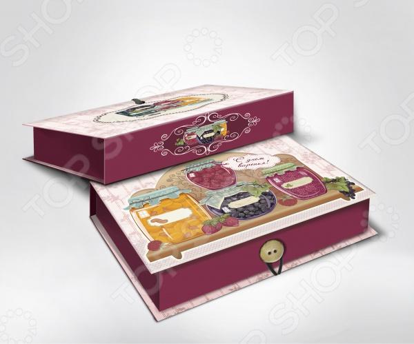 Шкатулка-коробка подарочная Феникс-Презент Варенье - яркая и оригинальная шкатулка, которая станет завещающим штрихов в элегантном оформлении вашего подарка. Даже небольшой знак внимания, преподнесенный в красивой и изысканной упаковке, станет эффектным и запоминающимся. К тому же эта удивительная коробочка сможет послужить своему новому владельцу в качестве удобного места для хранения различных мелочей. Изделие выполнено из плотного мелованного, ламинированного картона, плотность которого составляет 1100 г м2 Особенности подарочной шкатулки-коробчки Феникс-Презент Варенье :  полноцветный декоративный рисунок на внутренней и наружной части;  крышка оформлена ярким изображением аппетитных баночек с вареньем, которое придется по вкусу ценителям необычных дизайнерских принтов;  оригинальная застежка в виде пуговки. Преподнесите свой незабываемый подарок в шкатулке-коробке Феникс-Презент Варенье !