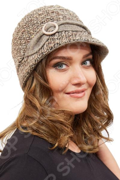 Шляпка LORICCI «Шарлотта»Шляпка LORICCI Шарлотта это стиль и комфорт в одном головном уборе. Классическая шляпка не утяжелит ваш образ, но в тоже время все увидят насколько вы изысканы и следите за модой. Подкладка из натуральной вискозы, простеганной синтепоном.  Шляпка декорирована тканевым хлястиком с пряжкой.  Сочетание 2х тканевый фактур придает современность данной модели.  Есть возможность варьировать размер за счет внутренней утяжки. Шляпка выполнена из итальянского твида 80 шерсть, 20 полиэстер и понравится любой моднице.<br>