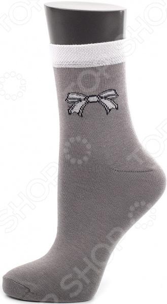 Носки Alla Buone 011CD. Цвет: серый меланжЖенские носки<br>Носки Alla Buone 011CD качественная, практичная и удобная в носке модель. Носочки пошиты из натурального хлопка с добавлением эластана и полиамида, которые придают изделиям эластичность и легкий блеск. Комбинированный материал невероятно мягок и приятен на ощупь, идеально облегает ножку и ощущается как вторая кожа .  Особенности модели  эластичная контрастная резинка, не сдавливающая ногу;  паголенок классической длины;  аккуратный скругленный мысок;  универсальная однотонная расцветка;  декорирующий элемент бантик.  Хлопковые носки обеспечат дыхание кожи, не создавая парниковый эффект . Они идеально подойдут как для теплого времени года, так и для зимы. Однотонные серые носки будут гармонично смотреться с кедами. В холодное время они защитят ноги от трения обувью и создадут дополнительный утепляющий слой. Рекомендации по уходу  оптимальная температура стирки 30 градусов;  не использовать отбеливатели;  не отжимать в стиральной машине;  глажка при низкой температуре.  Стильные носочки от Alla Buone идеальный каждодневный вариант, который пригодится любой девушке. Ведь носков никогда не бывает много, особенно таких красивых и качественных!<br>