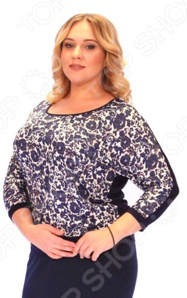Блузка VAY «Лазурит»Блузы. Рубашки<br>Блузка VAY Лазурит это легкая и нежная блуза, которая поможет вам создавать невероятные образы, всегда оставаясь женственной и утонченной. Благодаря необычному дизайну блуза скрывает любые недостатки фигуры. Блуза прекрасно смотрится с брюками и юбками, а насыщенный цвет привлекает взгляд. Гармоничное сочетание цветов и фактур делают эту модель привлекательной и эффектной. Удобная длина до середины бедра будет идеально смотреться на женщинах с любым типом фигуры и любого возраста. Комбинированная блуза с элегантным неповторимым цветочным принтом по передней полочке. Рукав спущенный, летучая мышь, сочетается с оригинальным вырезом в виде лодочки. Швы обработаны текстурированными, эластичными нитями, благодаря чему швы тянутся и не натирают. Блуза изготовлена из эластичного вискозного полотна 95 вискоза, 5 эластан , благодаря чему материал не скатывается и не линяет после стирки. Благодаря вискозе кожа дышит и не преет, эластан, не дает изделию скатываться и терять свой внешний вид после стирок и ношения. Даже после длительных стирок и использования эта блуза будет выглядеть идеально. Материал является антистатическим и обладает хорошей воздухопроницаемостью.<br>