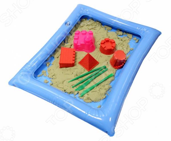 Набор для лепки из песка Bradex Smart Sand. Вес песочной массы: 2 кгЛепка из песка и массы<br>Набор для лепки из песка Bradex Smart Sand. Вес песочной массы: 2 кг отличный развивающий набор для вашего малыша, который просто обожает возиться в песке. Лепка куличиков и других различных фигурок из песка это не только увлекательное занятие, но и отличный способ в простой игровой форме развить у ребенка внимательность, фантазию, воображение и мелкую моторику руку. Но так как играть с настоящим песком можно только в теплое время года, приходиться изобретать что-то новое и универсальное. Таким изобретением стал специальный кинетический песок, который позволяет играть прямо у вас дома, не боясь, что весь стол или пол будет покрыт пылью и грязью. В набор входит 2 кг неокрашенного песка, специальная надувная песочника, которую можно разместить и на полу, и на столе, дополнительные фигурные формочки и инструменты. С их помощью малыш сможет слепить все что угодно - от простой разноцветной горки, до сложных и необычных фигурок, замков и крепостей. Песок не только не прилипает к рукам, но и не высыхает, отлично формируется и также легко рассыпается при необходимости. Он также немного тянется, поэтому играть с ним будет очень увлекательно!<br>