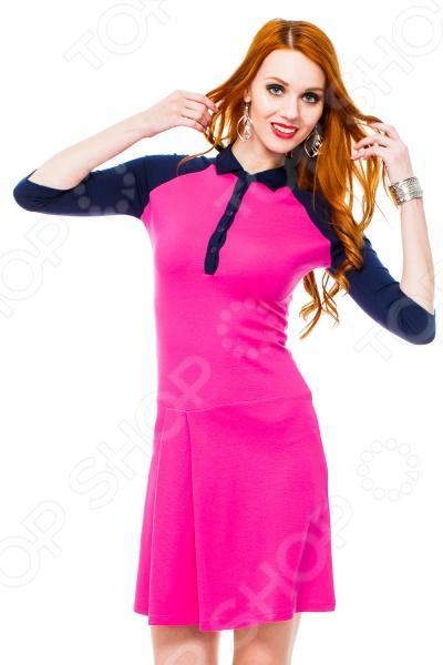 Платье Mondigo 8668. Цвет: ярко-розовыйПовседневные платья<br>Ни для кого не секрет, что мужчины гораздо чаще обращают внимание на женщин в платье, нежели на особ в джинсах и рубашках. И это не удивительно, ведь именно платье является исключительно женским предметом гардероба. Брюки, джинсы, рубашки и свитера женщины делят с сильной половиной человечества, даже юбки не являются исключительно женской вещью. Но только не платье! Платье безраздельно принадлежит женщине. Именно оно является самым важным элементом в гардеробе каждой модницы. Платье дарит ощущение женственности, выгодно подчеркивая изящные линии фигуры, делая свою обладательницу более изящной и женственной или строгой и сексуальной. Современная модная индустрия предлагает платья на любой вкус и фигуру, для любого времени года и события, остается только выбрать то, что подойдет именно вам. Платье Mondigo 8668 - оригинальная полуспортивная модель длинной выше колена и рукавом реглан длинной 3 4. Платье отрезное ниже линии талии. Горловина оформлена в виде отложного воротничка с застежкой-полою. Полочка на юбке оформлена 2 складками. Воротник, рукава и планка застежки выполнены в контрастном цвете. Удобное и практичное платье - отличный вариант для прогулок и встреч.<br>
