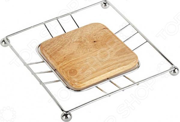 Подставка под горячее Rosenberg JCH-536Коврики и подставки под горячее<br>Подставка под горячее Rosenberg JCH-536 простой и практичный кухонный аксессуар, который поможет спасти ваш стол от раскаленных сковородок, кастрюль и других горячих предметов. Основа подставки выполнена из качественного дерева, который обеспечивает надежную защиту покрытия вашего обеденного стола. Особенность данной модели заключается в металлическом каркасе, обеспечивающим легкость, прочность и устойчивость. Подставка не займет много места, так как её можно повесить вместе с другой кухонной утварью. Необычный и оригинальный дизайн позволит аксессуару идеально вписаться в любой кухонной интерьер и при необходимости украсит не только ваш обеденный стол, но и праздничный.<br>