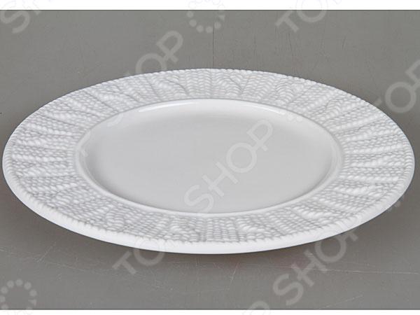 Тарелка Rosenberg 1001 блестяще выполненная модель, которая непременно станет украшением как для праздничного, так и для обеденного стола. Тарелка выполнена из высококачественной стеклокерамики и декорирована оригинальным орнаментом по бокам. Подходит как для горячей, так и для холодной пищи.