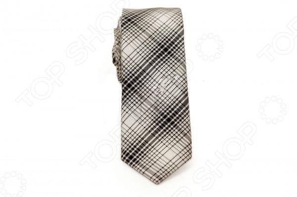 Галстук Mondigo 44767Галстуки. Бабочки. Воротнички<br>Галстук Mondigo 44767 это галстук из 100 шелка, украшен оригинальной клеточкой из нескольких диагональных линий. Он подходит как для повседневной одежды, так и для эксклюзивных костюмов. Подберите галстук в соответствии с остальными деталями одежды и вы будете выглядеть идеально! В современном мире все большее распространение находит классический стиль одежды вне зависимости от типа вашей работы. Даже во время отдыха многие мужчины предпочитают костюм и галстук, нежели джинсы и футболку. Если вы хотите понравится девушке, то удивить ее своим стилем это проверенный метод от голливудских знаменитостей. Для того, чтобы каждый день выглядеть по-новому нет необходимости менять галстуки, можно сменить вариант узла, к примеру завязать:  узким восточным узлом, который подойдет для деловых встреч;  широким узлом Пратт , который прекрасно смотрится как на работе, так и во время отдыха;  оригинальным узлом Онассис , который удивит всех ваших знакомых своей неповторимый формой.<br>