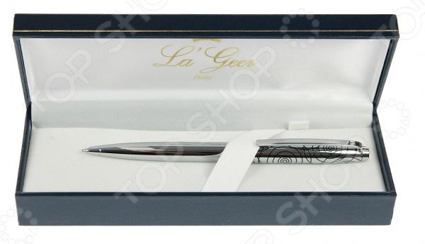 Ручка шариковая La Geer 50307-BPРучки и аксессуары<br>Ручка шариковая La Geer 50307-BP это всегда достойный и практичный подарок. Не знаете, что преподнести начальнику или преподавателю Можете быть уверены, что изящная шариковая ручка в роскошной упаковке им обязательно понравится. Этот канцелярский товар станет отличным решением практически для любого праздника. Благодаря своему продуманному стильному дизайну ручка станет настоящим украшением рабочего стола. Ее серебристая расцветка смотрится весьма презентабельно, а ажурный узор добавляет изделию особую изюминку . Ручка в упаковке надежно фиксируется тканевой перепонкой, поэтому она точно не упадет и не сдвинется. Изделие выполнено из высококачественного металла. Не рекомендуется хранить ручку в тепле.<br>