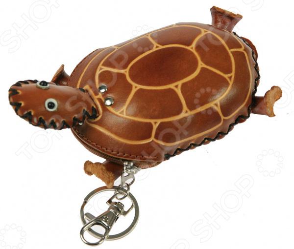 Ключница-брелок «Черепашка»Ключницы<br>Ключница-брелок Черепашка это функциональная и стильная вещица, которая поможет вам нигде не забыть ключи в суматохе дня. Такой брелок будет хорошо смотреться в сумке любой модницы. При необходимости вы можете закрепить его на внутренней петле внутри рюкзака и точно знать, что ключи никуда не выпадут. Это незаменимый аксессуар, который найдёт своё место в сумке каждой девушки.<br>