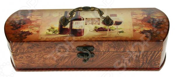 Шкатулка-сундучок под бутылку 34761Шкатулки<br>Шкатулка-сундучок под бутылку 34761 имеет удлиненную форму и отлично подходит для хранения бутылок с вином и шампанским. Кроме того, ее также можно использовать в качестве упаковки, если вы решили преподнести кому-нибудь в подарок дорогой коллекционный напиток. Такая упаковка, безусловно, добавит вашему подарку солидности и нетривиальности. Шкатулка имеет форму сундучка, выполнена из высококачественного МДФ-материала и отделана бумагой. Снаружи модель декорирована оригинальным рисунком. Беречь от влаги.<br>