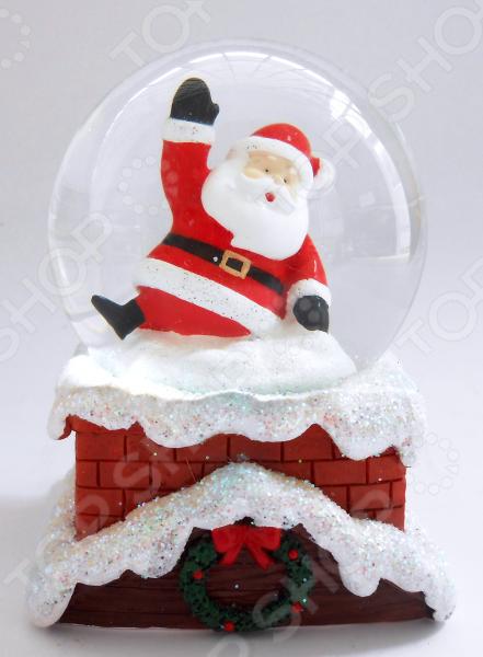 Снежный шар декоративный Crystal Deco «Санта»Рождественские декорации<br>Зимние праздники самые любимые и долгожданные и это не удивительно! Ведь Рождество и Новый Год это всегда ожидание чего-то невероятного, сказочного и волшебного! Для каждого, праздник представляется по своему: кто-то любит его отмечать дома за праздничным столом в кругу семьи, для кого-то это замечательный повод устроить веселый костюмированный карнавал, кто-то и вовсе предпочитает отправиться в заснеженные дали, отмечать праздник в гостях у самого Деда Мороза! Однако, где бы и как бы вы не отмечали зимние праздники, для создания по-настоящему праздничной и сказочной атмосферы очень важно уделить особое внимание украшению и оформлению интерьера. Яркие елочные шары, свечи и разноцветные огни гирлянд и конечно празднично украшенная елка все это поможет воссоздать атмосферу настоящей новогодней сказки. Снежный шар декоративный Crystal Deco Санта - традиционное рождественское украшение, которое уже на протяжении многих лет является самым популярным сувениром не только для взрослых, но и для детей. Милый Санта лезет в дымовую трубу для того чтобы принести свои подарки на Рождество. Оригинальный сюжет и превосходное оформление. Основание снежного шара украшено рождественским венком. Отличная модель для дополнения праздничных новогодних композиций, которые украшают дом или офис. Такой шар можно подарить в качестве сувенира взрослому или ребенку. Материал - прочный и безопасный полистоун. Размер 8,5 6.5 см.<br>