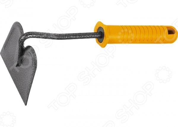 Мотыжка PALISAD 62388Мотыги<br>Мотыжка PALISAD 62388 станет отличным дополнением к набору вашего садового инвентаря. Представленная модель пригодится при таких видах обработки почвы как: рыхление, аэрация, прополка. Благодаря небольшому размеру, ее можно использовать даже между узкими рядами растений и на клумбах. Мотыга изготовлена из высококачественной инструментальной стали У8 и окрашена молотковой эмалью, защищающей рабочую часть от коррозии. Эргономичная рукоятка выполнена из пластика. Она обеспечивает удобный и надежный захват инструмента во время работы. Очищайте мотыжку от остатков грунта после каждого использования и она прослужит вам долгие годы.<br>