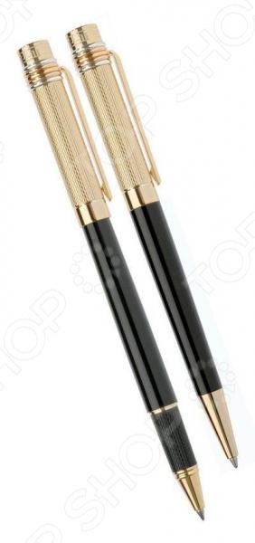Набор ручек Erich Krause Essential CA10 сувенирные ручки представительского класса шариковая и роллер , которые прекрасно лежат в руке и очень практичны в любой ситуации. Стильный дизайн сделает подходящим подарком для друга или коллеги. Корпус ручки обработан с использованием исключительно натуральных материалов. Натуральная отделка прекрасно соответствует стилю, который угадывается во всех аспектах ее формы и дизайна.  Фактурный корпус в сочетании с золотистым металлом.  Внутренняя отделка футляра белый атлас.  Ручка-синяя, роллер-черный.