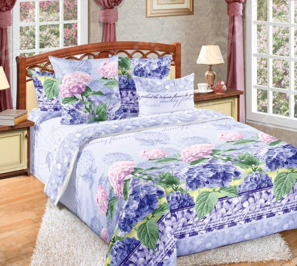 Комплект постельного белья ТексДизайн «Гортензия». 1,5-спальный1,5-спальные<br>Комплект постельного белья ТексДизайн Гортензия - комплект с красивым ярким контрастным рисунком гортензий. Такой комплект будет сочетаться с любым видом интерьера. Выполнен комплект из высококачественного хлопка, благодаря чему прослужит еще долгие годы, а ткань не потеряет своих качеств даже после многочисленных стирок. Также такой набор постельного белья гарантирует крепкий и здоровый сон. Хорошо стирается при обычных режимах стирки и с обычным порошком.<br>