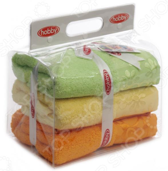 Комплект из 3-х махровых полотенец Hobby Home Collection Dora. Цвет: желтый, оранжевый, зеленыйПолотенца<br>Ну какая ванная без полотенец Каждый из нас знает как приятно выйти из душа, укутавшись в мягкое уютное полотенце. К сожалению, часто случается, что после пары-тройки стирок полотенца теряют былую мягкость и становятся жесткими и неприятными на ощупь. Дабы этого избежать, к выбору домашнего текстиля следует подойти со всей ответственностью, учитывая не только размер и расцветку полотенца, но и качество используемых материалов.  Комплект из 3-х махровых полотенец Hobby Home Collection Dora отличный выбор для вашей ванной комнаты. Полотенца очень мягкие и приятные на ощупь, выполнены из натуральной хлопковой махры и декорированы оригинальным бордюром. Хлопок отлично зарекомендовал себя в пошиве банного текстиля, благодаря гипоаллергенности, прочности и устойчивостью к истиранию. Полотенце хорошо впитывает влагу и оказывает легкое массажное воздействие на тело, не вызывая раздражения кожи.  Преимущества модели:  использование натуральных гипоаллергенных материалов;  хорошая влаговпитываемость;  необыкновенная мягкость;  оригинальный дизайн;  полотенца не линяют и не теряют форму во время стирки. Стирать полотенце рекомендуется в деликатном режиме при температуре не более 40 градусов. Не использовать агрессивные моющие средства.<br>