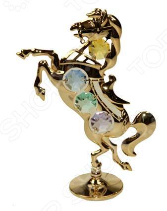 Фигурка декоративная Crystocraft «Лошадь» с кристаллами SwarovskiСтатуэтки и фигурки<br>Фигурка декоративная Crystocraft Лошадь с кристаллами Swarovski настоящее произведение искусства! Это изящное изделие займет особое место в доме, удивляя ваших гостей своей красотой. Эта небольшая, но очень яркая статуэтка будет идеально сочетаться со стилем вашего интерьера и грамотно дополнять его. Вы можете поставить фигурку в любой комнате, где, по вашему мнению, она будет смотреться и радовать глаз. Также, декоративная статуэтка послужит великолепным подарком начальнику, коллеге, другу или родственнику. Она не только очарует красотой, но и поможет сохранить в памяти приятные воспоминания. Композиция Лошадь выполнена стильно и безупречно. Модель изготовлена из высококачественного металла с золотым покрытием и украшена кристаллами Swarovski. Эти кристаллы обрабатываются как бриллианты, позволяя граням блистать сотнями различных оттенков. Фигурка выполнена в виде настоящей боевой лошади, которая покрыта 23-картным золотом. Все элементы аксессуара отполированы до зеркального блеска и надолго сохраняют свой первоначальный вид. Это изделие не только оживит ваш кабинет или гостиную, но и создаст незабываемую уютную атмосферу в вашем доме.<br>
