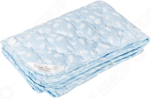 Одеяло детское Dream Time 48610Одеяла детские<br>Легкое, как облачко из пуха Одеяло детское Dream Time 48610 из легкого натурального хлопка и лебяжьего пуха. Это одеяло подарит драгоценные часы крепкого сна и отдыха. Прослужит долго, а его изысканный внешний вид будет годами дарить уют вашему малышу. Особенности одеяла  Материал не вызывает аллергии, в отличии от натуральных наполнителей овечья и верблюжья шерсть , при этом в нем точно не заведутся вредные насекомые вроде клещей.  Упругости волокон одеяла хорошо держат и восстанавливают форму в течение долгого времени.  Хорошо удерживают тепло.  Небольшая цена. Приятный на ощупь чехол сделан из материала, который отличается надежностью, прочностью и легкостью ухода 100 хлопок. В качестве наполнителя используется заменитель лебяжьего пуха, который имеет массу достоинств: антибактериальные свойства, хорошую воздухонепроницаемость и прочность. В итоге, вы получите достойный, качественный и вполне доступный экземпляр, который придется по вкусу каждому покупателю.  Совет по уходу: рекомендуется деликатная стирка, при температуре не более 40 С.<br>