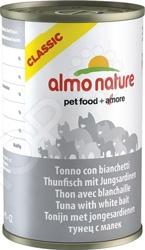 Корм консервированный для кошек Almo Nature Classic Tuna and WhitebaitВлажные корма<br>Корм консервированный для кошек Almo Nature Classic Tuna and Whitebait сбалансированный рацион для ежедневного питания вашего любимца. Высокая энергетическая ценность удовлетворит потребности животного, при этом у вас не возникнет необходимости скармливать вашему питомцу большие порции. Оцените основные преимущества консервированных кормов Almo Nature из серии Классик :  Изготовлено из натуральных ингредиентов высшего сорта, подходящих даже для человека.  Свежая морская рыба.  Продукты обрабатываются механическим способом с высокой осторожностью, избегая применения химикатов. Это позволяет минимизировать потери питательных веществ.  Консервирование осуществляется в собственном бульоне, поэтому продукт сохраняет первоначальный вкус и полезные микроэлементы.  Без химических добавок. Если вы решили перевести своего питомца на новый рацион, то делайте это постепенно в течение 7 дней. Просто кормите кошку смесью этого корма с предыдущим, со временем уменьшая количество последнего. Ваш верный друг оценит новое лакомство, ведь корм изготовлен из отборных ингредиентов и отличается превосходным вкусом. Внимание! Не забывайте о свежей воде, которая должна быть постоянно в миске вашего питомца.<br>