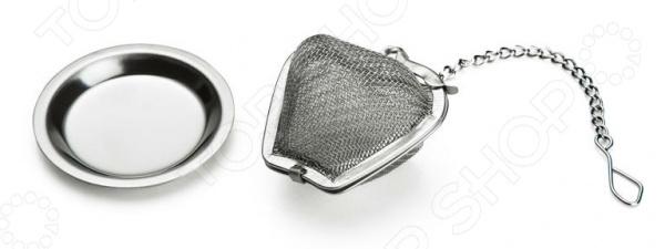 Ситечко для заваривания чая Miolla с подставкойЧайные аксессуары<br>Ситечко для заваривания чая Miolla с подставкой практичный и функциональный аксессуар, который позволит быстро приготовить вкусный и ароматный листовой чай прямо у вас в чашке. Такое ситечко будет просто необходимо для тех, кто предпочитает пить свежезаваренный чай каждый раз. С ним в чашке больше не будут плавать чаинки, которые не только горчат, но и мешают полностью насладиться ароматом и вкусом любимого тонизирующего напитка.  Его можно взять с собой на работу и навсегда отказаться от пакетированного чая, который зачастую не отличается высоким качеством. Это простое, но и полезное приспособление также станет неоценимым приобретением для тех, кто любит самостоятельно составлять чайные и травяные сборы. Насыпьте в ситечко сухие чайные листья и опустите его на несколько минут в горячую воду вкусный, ароматный напиток готов! Качественное исполнение и практичный дизайн! Ситечко обладает рядом преимуществ, которые выгодно выделяют его среди имеющихся аналогов:  выполнено из качественной нержавеющий стали, которая не будет со временем ржаветь;  не оставляет неприятное металлическое послевкусие в воде;  мелкое ситечко подходит для заваривания мелколистового чая;  удобная цепочка позволяет легко опустить и достать ситечко из горячей воды;  небольшой крючок позволяет закрепить приспособление на край чашки;  подставка не позволит заварке испортить покрытие вашего стола;  подходит для мытья в посудомоечной машине. Используйте это удобное ситечко и вы сможете заварить идеальный для вас напиток по крепости, аромату и цвету!<br>