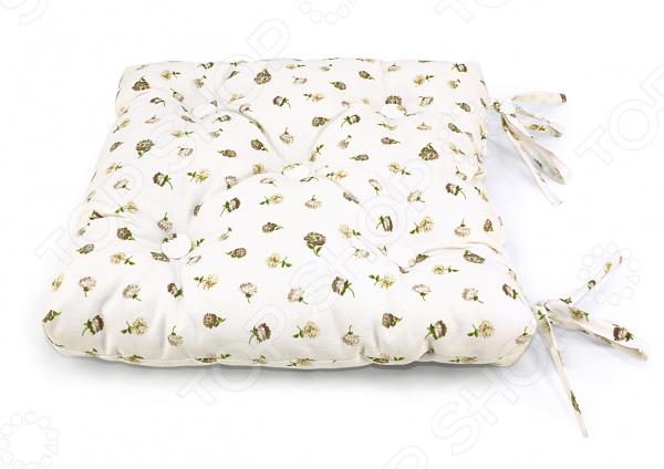 Подушка на стул Kauffort KarenДекоративные подушки<br>Подушка на стул Kauffort Karen бытовой аксессуар, внешним видом напоминающий классическую подушку. Данное изделие прикрепляется к стулу или табурету, чтобы обеспечить максимальный комфорт человеку. Подушка препятствует прямому контакту с твердой неудобной поверхностью мебели. Изделие декорировано пуговицами, которые добавят уюта в домашнюю атмосферу. Одно из основных предназначений предотвратить различные заболевания и их симптомы, связанные с длительным сидением на твердой, чаще всего плоской, поверхности. Это очень полезный аксессуар, который поможет вам снизить риск развития геморроя, пролежней и синяков. Также, сидение позволит вам избежать и полностью исключить проблемы с кожей. Применение подушки не ограничивается профилактикой. Чаще всего это изделие приобретают для достижения максимального комфорта и высокого уровня удобства. Данная модель подушки наполнена холлофайбером средней плотности, который обеспечивает необходимую поддержку ягодицам. Основные свойства наполнителя:  хорошо держит форму;  волокна пропитаны силиконом;  не впитывает пыль и загрязнения;  не вызывает раздражения кожи. Полотняный чехол выполнен из смеси хлопка и полиэстера полликотона. Это прочная ткань на ощупь напоминает натуральный текстиль, тогда как по свойствам она ближе к синтетике. Такой чехол обладает рядом преимуществ:  долговечность;  практически не изнашивается;  не мнется;  легко отстирывается;  быстро сохнет. Оформленный декоративными пуговицами, чехол от подушки выглядит как элемент мягкой мебели. На полотно нанесен насыщенный и яркий принт, который не потускнеет даже после многочисленных стирок. Если вы решите постирать такую подушку, снимите наволочку и выверните её наизнанку, чтобы все пуговицы остались на месте после стирки.<br>