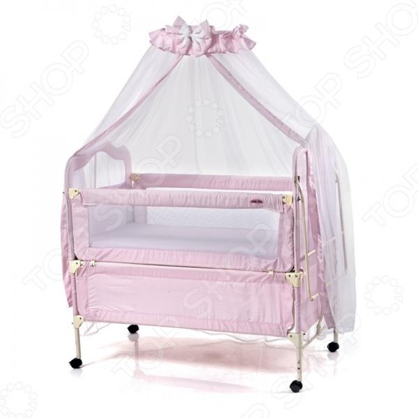Кроватка-трансформер детская Geoby 05TLY900 прекрасно сочетается с любым оформлением детской комнаты и поможет создать атмосферу уюта, объединяя в себе комфорт, качество и безопасность. Приятная и нежная расцветка хорошо впишется в интерьер и не будет раздражать глаза малютки. Модель удобна тем, что есть съемная люлька на ремнях, предусмотрено два уровня высоты основания, колесики оснащены тормозами, а размер самой кроватки можно увеличивать по мере роста ребенка. Для спокойного сна малыша в комплект входит балдахин со стойкой для его крепления. Особенности:  Наличие съемной люльки для новорожденного;  Люлька подвешивается с помощью ремней;  Возможность удлинения кроватки по мере роста ребенка;  Мягкая съемная защита;  Откидывающая боковая стенка;  Два уровня высоты основания;  Колесики с фиксаторами;  Матрац изготовлен из материала холофайбер.