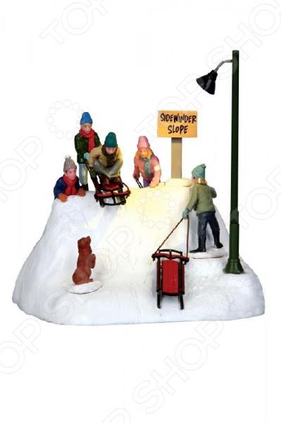 Настольная композиция анимированная Lemax «Дети на санках»Статуэтки и фигурки<br>Зимние праздники самые любимые и долгожданные и это не удивительно! Ведь Рождество и Новый Год это всегда ожидание чего-то невероятного, сказочного и волшебного! Для каждого, праздник представляется по своему: кто-то любит его отмечать дома за праздничным столом в кругу семьи, для кого-то это замечательный повод устроить веселый костюмированный карнавал, кто-то и вовсе предпочитает отправиться в заснеженные дали, отмечать праздник в гостях у самого Деда Мороза! Однако, где бы и как бы вы не отмечали зимние праздники, для создания по-настоящему праздничной и сказочной атмосферы очень важно уделить особое внимание украшению и оформлению интерьера. Яркие елочные шары, свечи и разноцветные огни гирлянд и конечно празднично украшенная елка все это поможет воссоздать атмосферу настоящей новогодней сказки. Настольная композиция анимированная Lemax Дети на санках декоративная композиция, которая станет замечательным дополнением к празднично украшенной рождественской елке. Собрав несколько композиций из них можно составить целые города, добавляя их разнообразными фигурками людей, транспорта, деревьев, ландшафтных элементов. Сказочные композиции наполнят дом духом Рождества и позволит поверить в чудо.<br>
