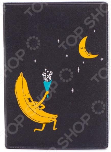 Обложка для автодокументов кожаная Mitya Veselkov «Влюбленный банан»Обложки для автодокументов<br>Обложка для автодокументов кожаная Mitya Veselkov Влюбленный банан это оригинальная обложка, которая поможет не только сохранить первоначальный вид документов, но и отметит ваш необычный стиль. Обложка достаточно большая 13,8 см х 9,5 см , она подойдет для правовой вкладки, документов на машину и доверенности. Яркий рисунок долгое время будет радовать вас своими красками, а натуральная кожа не протирается и не рвется. Использование натуральной кожи обеспечивает длительный срок эксплуатации аксессуара. Этот материал устойчив к внешним воздействиям, стойко переносит различные погодные условия. Все швы и соединительные элементы выполнены качественно и надежно. Вы можете использоваться обложку для хранения любых документов подходящего размера. Такая обложка может стать удачным подарком для любого автовладельца!<br>