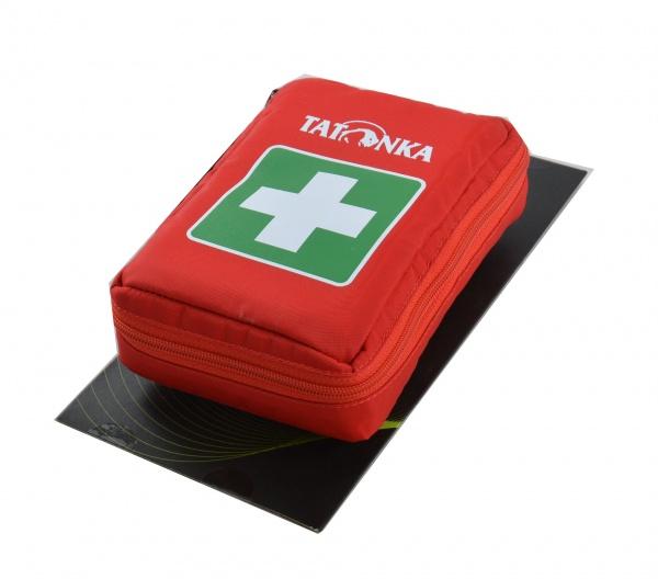 Аптечка Tatonka First Aid Insulation представляет собой простое и надежное средство для удобной переноски медикаментов. Все медикаменты в стеклянных ампулах надежно защищены от ударов, ведь внутренние стенки аптечки выполнены из металлизированного материала. Кроме того, такое покрытие позволяет некоторое время сохранять температуру медикаментов. Если вы любите ходить в походы, то эта аптечка может стать настоящим помощником в пути! Будьте внимательны, аптечка продаётся без наполнения.