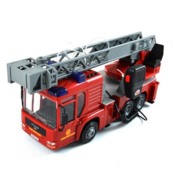 Машинка со светозвуковыми эффектами Dickie «Пожарная машина»Машинки<br>Машинка со светозвуковыми эффектами Dickie Пожарная машина станет отличным подарком для вашего любимого чада. У малыша появится возможность попробовать себя в роли отважного спасателя и прокатиться на настоящей пожарной машине. Модель выполнена из высококачественных материалов и снабжена звуковыми и световыми эффектами. Если в машинку залить воду, то она будет стрелять из водомета. Работает от трех батареек АА входят в комплект . Предназначено для детей в возрасте от 3-х лет.<br>