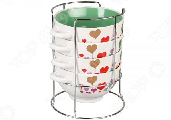 Набор бульонниц Rosenberg 8828Суповые тарелки<br>Набор бульонниц Rosenberg 8828 - комплект из четырех ярких и стильных бульонных чашек, которые станут великолепным украшением вашего обеденного стола. Набор идеально подойдет для сервировки борщей, бульонов, горячих блюд. Бульонные чашки отличаются практичной и удобной формой, благодаря которой суп будет остывать быстрее, но при этом оставаться теплым и вкусным. Для большего удобства предусмотрены две ручки. Главным преимуществом бульонных чашек является их внушительный объем - 700 мл. Изделия выполнены из высококачественной керамики, которая обеспечивает экологичность и долговечность. Эстетичные формы и дизайн станут стильным дополнением вашего кухонного интерьера и порадуют ваших родных и гостей. Для компактного хранения набора предусмотрена специальная металлическая подставка.<br>