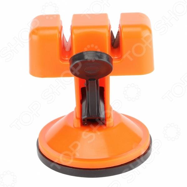 Точилка для ножей Ruges «Клинок»Точилки для ножей<br>Точилка для ножей Ruges Клинок инструмент для быстрой заточки и выравнивания кромки клинка практически любого инструмента и инвентаря. Станет отличной альтернативой точильному бруску. С ней, тесаки, резаки, косы и т.д. всегда будут в идеальном рабочем состоянии, а их лезвия надолго останутся гладкими и острыми. Точилка Клинок крепится на присоске, что делает ее использование более безопасным и удобным. Преимущества:  Имеет 2 вида заточки - грубый и тонкий  Крепится на присоске  Занимает мало места.<br>