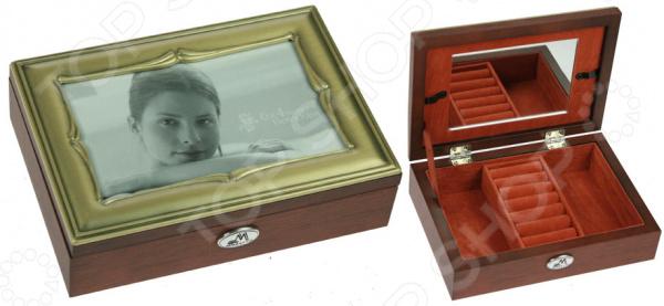 Шкатулка ювелирная Moretto 39799Шкатулки<br>Шкатулка ювелирная Moretto 39799 это изящное изделие, которое позволит оптимизировать хранение ваших украшений. Красивая и качественная шкатулка поможет дополнить уникальный интерьер вашей комнаты, она подойдет как для использования в гостиной в качестве ключницы, так и в ванной комнате для хранения косметики. Расположите шкатулку на тумбочку рядом с кроватью и с утра вы будете точно знать, где лежат ваши украшения. Шкатулка выполнена очень элегантно, удобно открывается и может оказаться чудесным подарком для любой девушки! Чтобы такой подарок прослужил вам долгие годы необходимо выполнять ряд простых правил: регулярно удалять пыль сухой, мягкой тканью. Не следует использовать мыльные растворы и воду, т.к. это оставит следы на шкатулке, которые невозможно будет удалить.<br>